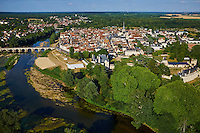 France, Loir-et-Cher (41), la ville et le chateau de Selles-sur-Cher, le Cher, vue aérienne // France, Loir-et-Cher, the town and the castle of Selles-sur-Cher, Le Cher river aerial view