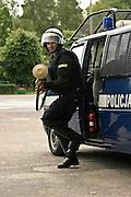 30.05.2006 Piaseczno Policyjne oddzialy prewencji w koszarach w Piasecznie. Wyrzutnia sieci. Fot. Piotr Gesicki. Prevention police exercises in Warsaw Poland photo Piotr Gesicki