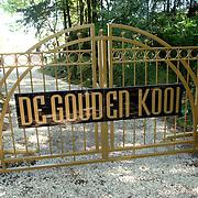 NLD/Eemnes/20060921 - Perspresentatie de Gouden Kooi, villa, hek Gouden kooi, ingang