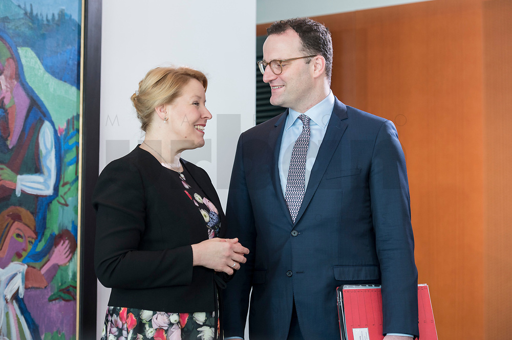 27 FEB 2019, BERLIN/GERMANY:<br /> Franziska Giffey (L), SPD, Bundesfamilienministerin und Jens Spahn (R), CDU, Bundesgesundheitsminister, im Gespraech, vor Beginn der Kabinettsitzung, Bundeskanzleramt<br /> IMAGE: 20190227-01-012<br /> KEYWORDS: Kabinett, Sitzung, Gespräch