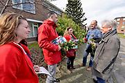 Nederland, Nijmegen, 10-3-2018De lijsttrekker van de PvdA in Nijmgen gaat met enkele partijgenoten langs de deur in de wijk Heseveld om rozen aan te bieden.Foto: Flip Franssen