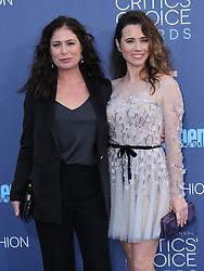 Maura Tierney, Linda Cardellini  bei der Verleihung der 22. Critics' Choice Awards in Los Angeles / 111216
