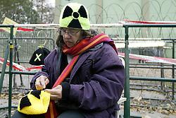 Zur wöchentlichen Stuhlprobe  am 31. Oktober 2010 am Verladekran in Dannenberg kamen etwa 150 Atomkraftgegner. Sie sangen Lieder und tanzten zu den Rythmen der wendländischen Sambagruppe Xamba.<br />  <br /> <br /> Ort: Dannenberg<br /> Copyright: Karin Behr<br /> Quelle: PubliXviewinG