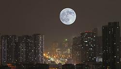 January 21, 2019 - Nanjing, Nanjing, China - Nanjing,CHINA-The full moon rises over buildings in Nanjing, east China's Jiangsu Province. (Credit Image: © SIPA Asia via ZUMA Wire)