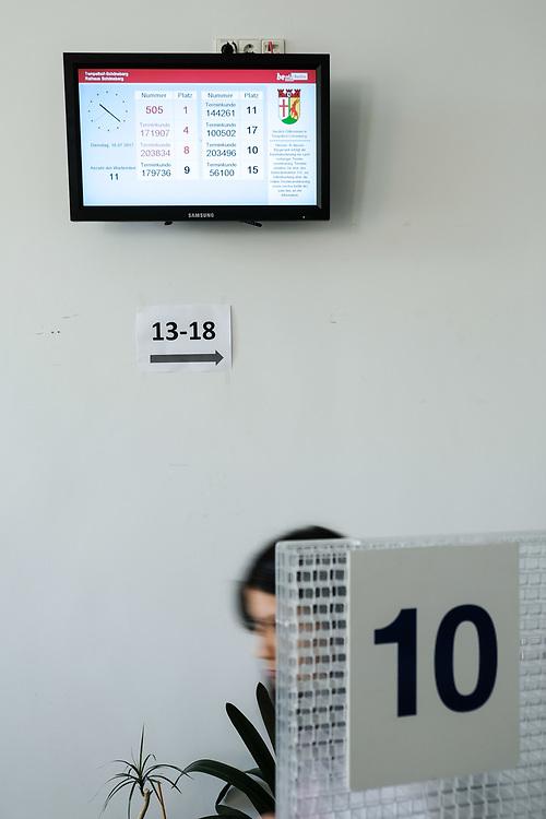 Germany - Deutschland - Digitalisierung der Verwaltung in Berlin; Bezirksamt Tempelhof-Schöneberg; Rathaus Schöneberg; Bürgeramt; Arbeitsbedingungen, Arbeitsplätze; Daseinsvorsorge; HIER: Besuchermanagment; Terminkunde; Monitor; Anzeige  ; 18.07.2017; © Christian Jungeblodt