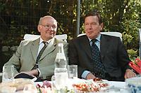 25 AUG 1999, BERLIN/GERMANY:<br /> Walter Momper, SPD Spitzenkandidat, und Gerhard Schröder, SPD, Bundeskanzler, im Gespräch im Garten der Mompers bei Kartoffelsalat und Buletten, Kaffee und Kuchen<br /> IMAGE: 19990825-01/03-18<br /> KEYWORDS: Gerhard Schroeder