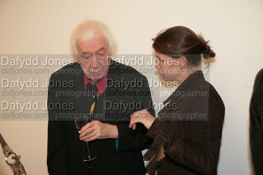 LADY SARAH CHATTO AND CRAIGIE AITCHISON, Alex Katz 'One Flight Up' at the new Timothy Taylor Gallery , 15 Carlos Place. London. 11 October 2007. -DO NOT ARCHIVE-© Copyright Photograph by Dafydd Jones. 248 Clapham Rd. London SW9 0PZ. Tel 0207 820 0771. www.dafjones.com.