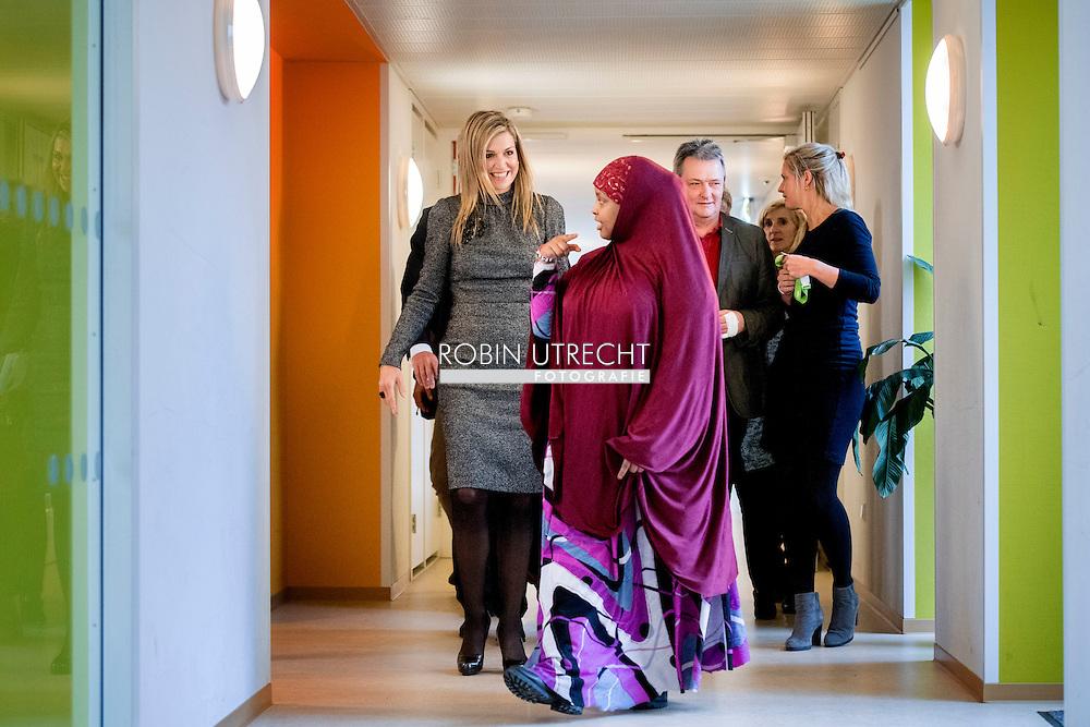 UTRECHT -Koningin Maxima praat met een moeder tijdens een werkbezoek aan Stichting De Tussenvoorziening en Armoedecoalitie. De stichting biedt al 23 jaar opvang, woon- en financiele begeleiding aan mensen die om uiteenlopende redenen in een kwetsbare situatie verkeren.  copyright ROBIN UTRECHT