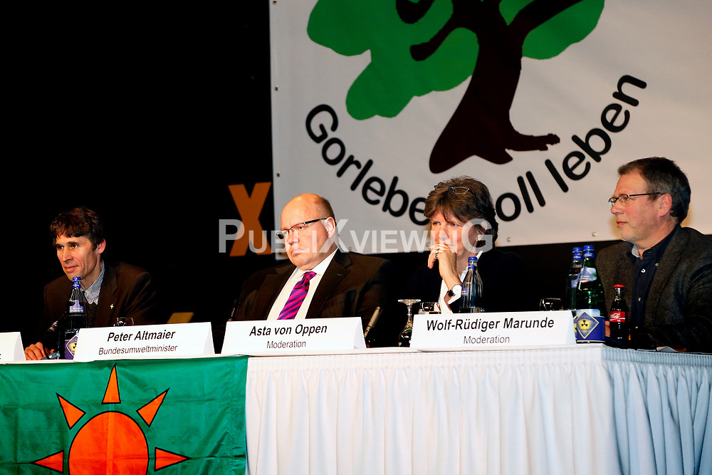 Am 21. Januar 2012 besucht Bundesumweltminister Peter Altmaier (CDU) das Wendland, um f&uuml;r das Endlagersuchgesetz zu werben. Neben anderen Terminen, f&uuml;hrt er am Abend auch eine Podiumsdiskussion mit Atomkraftgegnern aus L&uuml;chow-Dannenberg. Im Bild (v.l.): Martin Donat (BI Umweltschutz L&uuml;chow-Dannenberg), Bundesumweltminister Peter Altmaier (CDU), Asta von Oppen (Rechtshilfe Gorleben), Wolf-R&uuml;diger Marunde (B&auml;uerliche Notgemeinschaft) <br /> <br /> Ort: L&uuml;chow<br /> Copyright: Michaela M&uuml;gge<br /> Quelle: PubliXviewinG