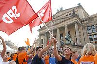 23 AUG 2002, BERLIN/GERMANY:<br /> Junge SPD Anhaenger schwenken SPD Fahnen, Auftraktveranstaltung zur Wahlkampftour, Gendarmenmarkt<br /> IMAGE: 20020823-01-016<br /> KEYWORDS: Wahlkampf, Kundgebung, election campaign, Flagge, Jugendliche, Anhänger