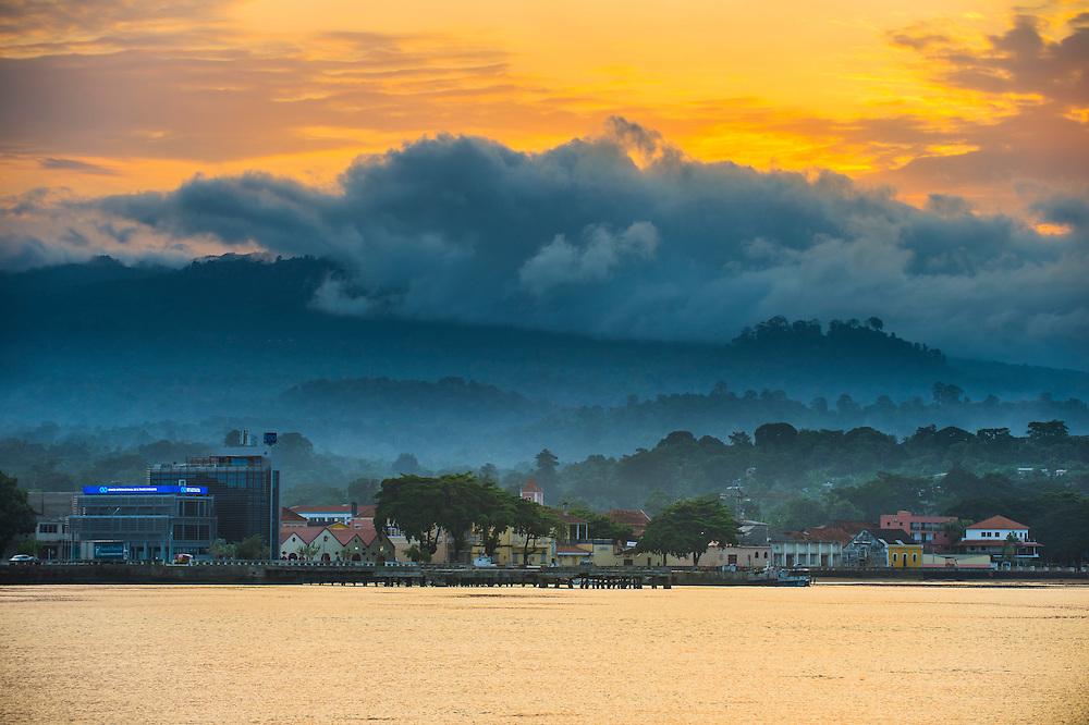 Dramatisches Licht über Sao Tome Stadt