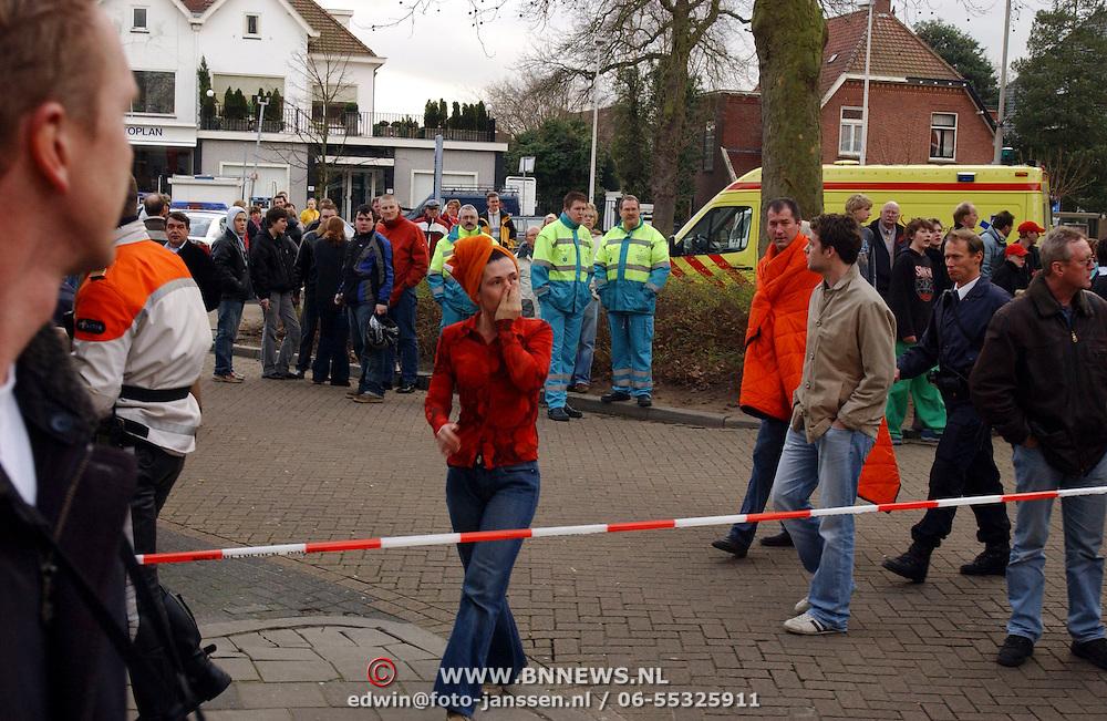 Brand na explosie Poststraat Bussum..slachtoffer, emotie, huilen, lint, afzetting,
