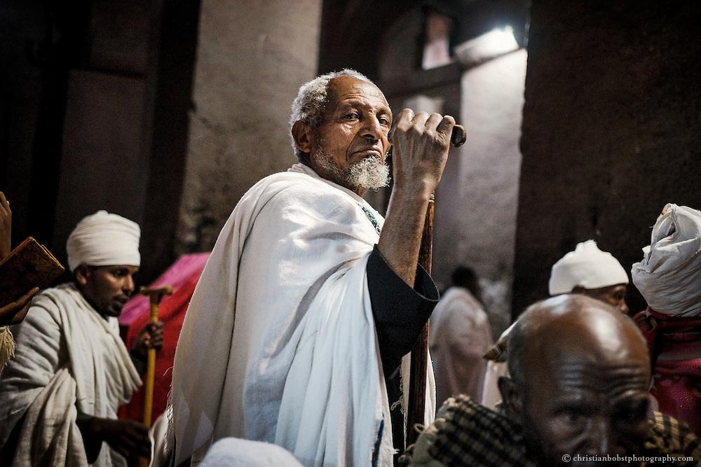 Ein Mann mit schon fast biblisch anmutenden Gesichtszügen ragt aus der Menge der äthiopischen Pilger heraus.
