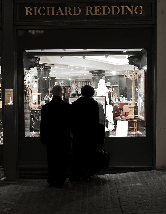 Old city Zürich couple window shopping