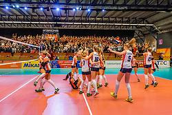05-04-2017 NED:  CEV U18 Europees Kampioenschap vrouwen dag 4, Arnhem<br /> Nederland - Turkije 3-1 / Nederland doet zeer goede zaken en kan zich met winst op Italië zeker stellen van een halve finaleplaats - Vreugde bij Nederland