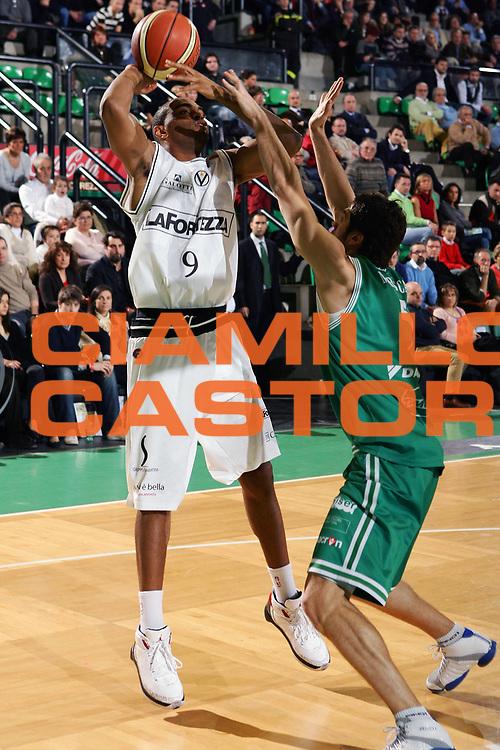 DESCRIZIONE : Treviso Lega A1 2007-08 Benetton Treviso La Fortezza Virtus Bologna <br /> GIOCATORE : Alan Anderson <br /> SQUADRA : La Fortezza Virtus Bologna <br /> EVENTO : Campionato Lega A1 2007-2008 <br /> GARA : Benetton Treviso La Fortezza Virtus Bologna <br /> DATA : 03/02/2008 <br /> CATEGORIA : Tiro <br /> SPORT : Pallacanestro <br /> AUTORE : Agenzia Ciamillo-Castoria/S.Silvestri <br /> Galleria : Lega Basket A1 2007-2008 <br />Fotonotizia : Treviso Campionato Italiano Lega A1 2007-2008 Benetton Treviso La Fortezza Virtus Bologna <br />Predefinita :