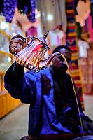 Maroc, Haut-Atlas, vallée du Draa, Agdz, cérémonie du thé chez un commercant // Morocco, High Atlas, Draa valley, Agdz, tea ceremony