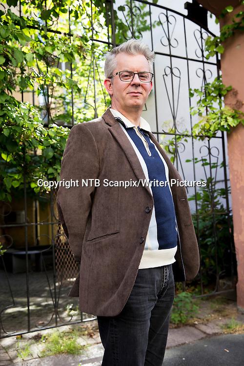 OSLO  20140915.<br /> Forfatter og komiker Knut N&Ecirc;rum er n&Acirc; klar med tredje del av sitt tjuenibindsverk. Denne utgivelsen har etter lang overveielse f&Acirc;tt tittelen ∆. De foreg&Acirc;ende utgivelsene har titlene &asymp; og &yuml;.<br /> Foto: Cornelius Poppe / NTB scanpix<br /> <br /> NTB Scanpix/Writer Pictures<br /> <br /> WORLD RIGHTS, DIRECT SALES ONLY, NO AGENCY