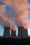 Temelin/Tschechische Republik, CZE, 11.12.06: Entweichende Dampfschwaden aus den Kühltürmen des Atomkraftwerks Temelin auf dem Gelände der Betreiberfirma CEZ.<br /> <br /> Temelin/Czech Republic, CZE, 11.12.06: View on exhalation of Temelin NPS cooling towers on the property of Temelin owner CEZ.