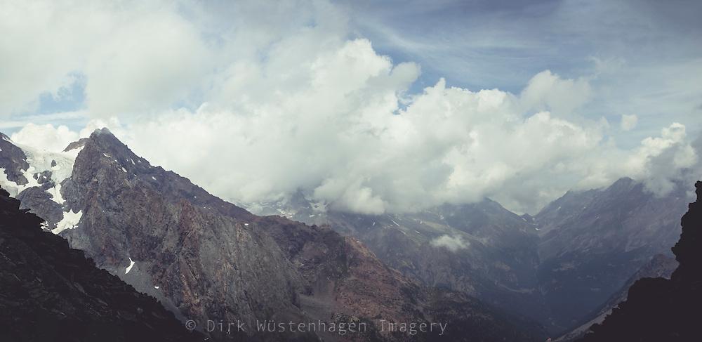 Wolkenverhangene Berge in den italienischen Alpen, Chiareggio in Valmalenco, Lombardei, Italien