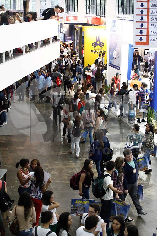 SAO PAULO, SP, 17 DE MAIO DE 2013 - - 16 FEIRA DO ESTUDANTE NA BIENAL EM SP Movimentação de estutandes em stands durante a Feira do Estudande, na Bienal do Ibirapuera em São Paulo, nesta sexta-feira, 17. Evento chega a decima sexta edicao com expectativa de receber 60 mil visitantes a feira oferece cinco mil vagas de estagio,70 expositores,80 palestrantes e variadas atividades culturais. FOTO:WARLEY LEITE/BRAZIL PHOTO PRESS