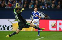FUSSBALL   1. BUNDESLIGA   SAISON 2012/2013    31. SPIELTAG FC Schalke 04 - Hamburger SV          28.04.2013 Julian Draxler (re, FC Schalke 04) gegen Torwart Rene Adler (li, Hamburger SV)