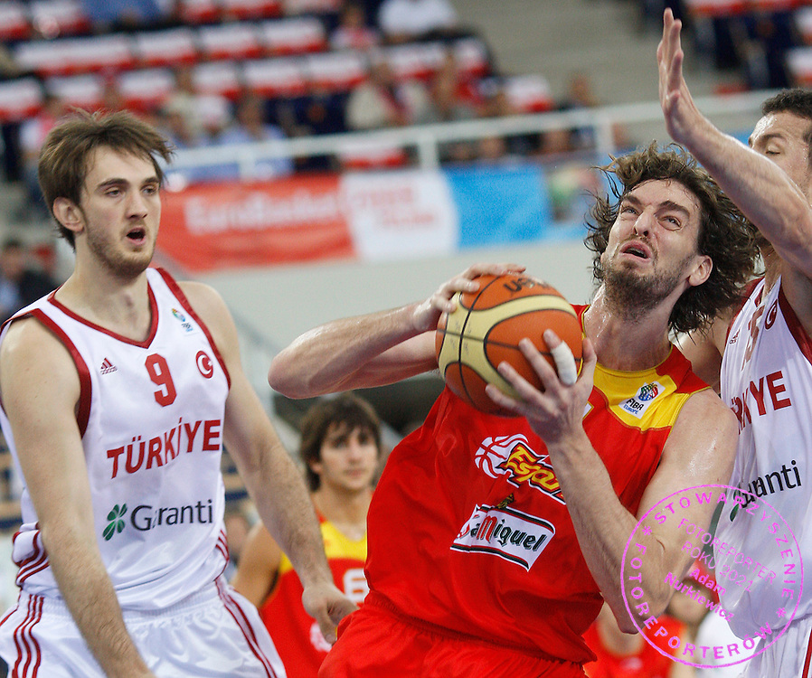 Wroclaw 12/09/2009.EuroBasket 2009.Qualifying Round - Group F.Turkey v Spain.Semih Erden /L/ , Pau Gasol /c/ of Spain , Hidayet Turkoglu /r/ of Turkey ..Photo by : Piotr Hawalej / WROFOTO