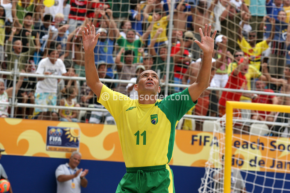 Footbal-FIFA Beach Soccer World Cup 2006 - Final- BRA xURU -BURU celebrates the goal  -Rio de Janeiro- Brazil - 12/11/2006.<br />Mandatory Credit: FIFA/Ricardo Ayres