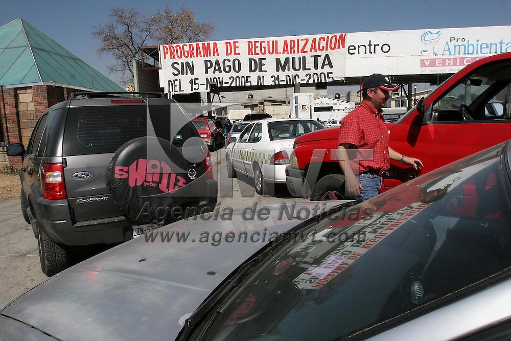Toluca, Mex.- Centros de verificacion vehicular se ven abarrotados al termino del periodo para la regularizacion sin pago de multas, para verse beneficiados con este programa se tienen que hacer filas de mas de 2 kilometros y con una espera de mas de 24 horas. Agencia MVT / Mario Vazquez de la Torre. (DIGITAL)<br /> <br /> NO ARCHIVAR - NO ARCHIVE