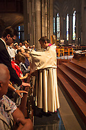 Europa, Deutschland, Nordrhein-Westfalen, Koeln, Gottesdienst im Dom, Chorvesper am Hochaltar.<br /> <br /> Europe, Germany, Cologne, North Rhine-Westphalia, worship at the cathedral, vespers at the high altar.