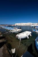 Barche di piccole dimensioni ormeggiate nel porto di Gallipoli (LE)