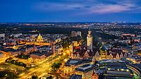 Blick Richtung Bundesverfassungsgericht, Neues Rathaus und Leipziger Auwald bei Nacht.