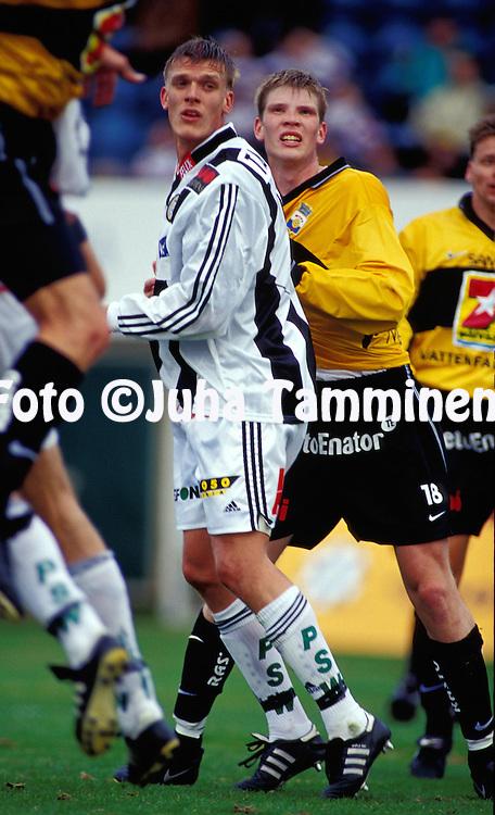 03.05.2000, Turku. .Veikkausliiga, Turun Palloseura v Myllykosken Pallo-47.Jarkko Tallqvist (TPS) v Tuomas Aho (MyPa).©JUHA TAMMINEN