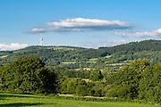 Landschaft bei Schotten mit Hoherodskopf im Hintergrund, Vogelsberg, Hessen, Deutschland | landscape with Hoherodskopf near Schotten, Vogelsberg, Hesse, Germany