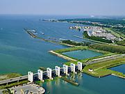 Nederland, Flevoland, Lelystad, 26-08-2019; Bataviastad, Houtribhaven met Houtribsluizen. Meervoudige spuisluis, het sluizencomplex op de vaarroute tussen Amsterdam en Lemmer in de achtergrond.<br /> Houtrib locks, lock complex on the route between Amsterdam and Lemmer at Lelystad. The lock complex consists of multiple drain sluices and shipping locks (in the backround).<br /> luchtfoto (toeslag op standard tarieven);<br /> aerial photo (additional fee required);<br /> copyright foto/photo Siebe Swart