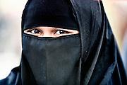 Frankfurt am Main | 20.04.2011..Am Mittwoch (20.04.2011) versammelten sich etwa 3000 ueberwiegend junge Musliminnen und Muslime zu einer Kundgebung mit Reden der radikalen Ismalisten Pierre Vogel (Abu Hamza) und Dr. Abu Bilal Philips auf dem Rossmarkt in Frankfurt am Main. Hier: Eine junge Muslimin mit einem Gesichtsschleier (Niquab)...©peter-juelich.com..[No Model Release | No Property Release]