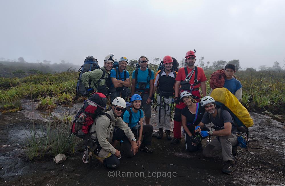 """AUYANTEPUY, VENEZUELA. Grupo de Excursionistas antes de comenzar los rappeles del Salto ángel. El Auyantepuy es el mayor de los tepuis del Parque Nacional Canaima. En sus 700 kms2 alberga el salto angel o conocido por lengua indígena Pemon como """"Kerepacupai Vena; es la caída de agua más grande del mundo con sus 979 metros de altura. (Ramon lepage /Orinoquiaphoto/LatinContent/Getty Images)"""