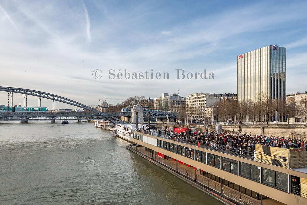Fête sur une péniche du quartier Bercy, Gare de Lyon // Party on a boat of Bercy, Gare de Lyon district