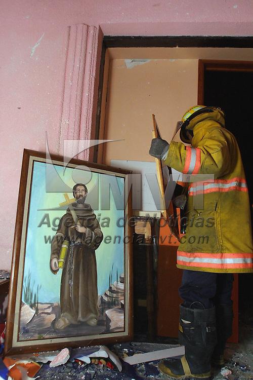 Zinacantepec, M&eacute;x.- Al menos 15 personas resultaron lesionadas al explotar los juegos pirotecnicos almacenados en el atrio de la iglesia de San Francisco Tlalcilalcalpan durante las festividades de la virgen de Guadalupe, en la grafica bomberos de Toluca remueven los escombros de la casa de parroco y la sacristia que sufrieron da&ntilde;os de consideraci&oacute;n Agencia MVT / Mario V&aacute;zquez de la Torre. (DIGITAL)<br /> <br /> NO ARCHIVAR - NO ARCHIVE