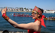 新华社照片,洛杉矶,2017年7月31日<br />     (国际)(6)第二十一届加州长滩龙舟节<br />     7月30日,一名女舞者龙舟比赛场自拍。<br />     在美国洛杉矶长滩市海滨体育场举行的第二十一届年度长滩龙舟节,吸引百余队上千选手参赛。长滩龙舟节是加州最大的龙舟比赛,同时也展示了中国古代龙舟赛的运动。<br />     新华社发(赵汉荣摄)<br /> A dancer take selfie photos at the 21st Annual Long Beach Dragon Boat Festival at Marine Stadium in Long Beach, California, the United States, on July 30, 2017. The Long Beach Dragon Boat Festival is held every year in July at Marine Stadium to hosting the largest dragon boat competitions in California. It showcases the ancient Chinese sport of dragon boat racing. (Xinhua/Zhao Hanrong)(Photo by Ringo Chiu)<br /> <br /> Usage Notes: This content is intended for editorial use only. For other uses, additional clearances may be required.