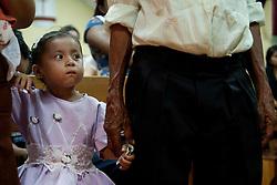 Una bambina assiste all' evento con curiosita'.<br /> A child watch the event curiously.