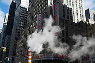 New York car traffic on 6th avenue / Vapeur du reseau de chauffage urbain sur la 6em avenue