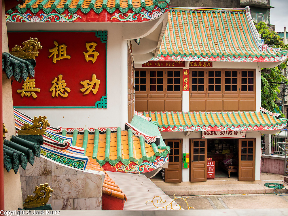 06 AUGUST 2014 - BANGKOK, THAILAND:  A Chinese shrine between Wat  Mangkon Kamalawat and Wat Khanikaphon in the Chinatown section of Bangkok.    PHOTO BY JACK KURTZ