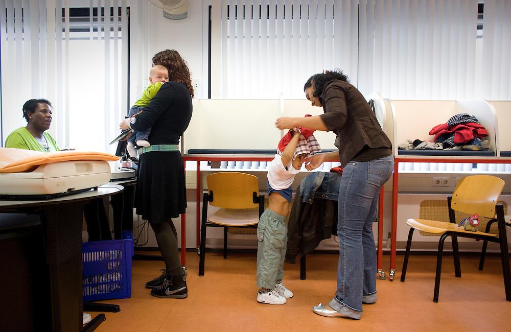 Nederland. Rotterdam, 11 juli 2007.<br /> Consultatiebureau.<br /> Foto Martijn Beekman <br /> NIET VOOR TROUW, AD, TELEGRAAF, NRC EN HET PAROOL
