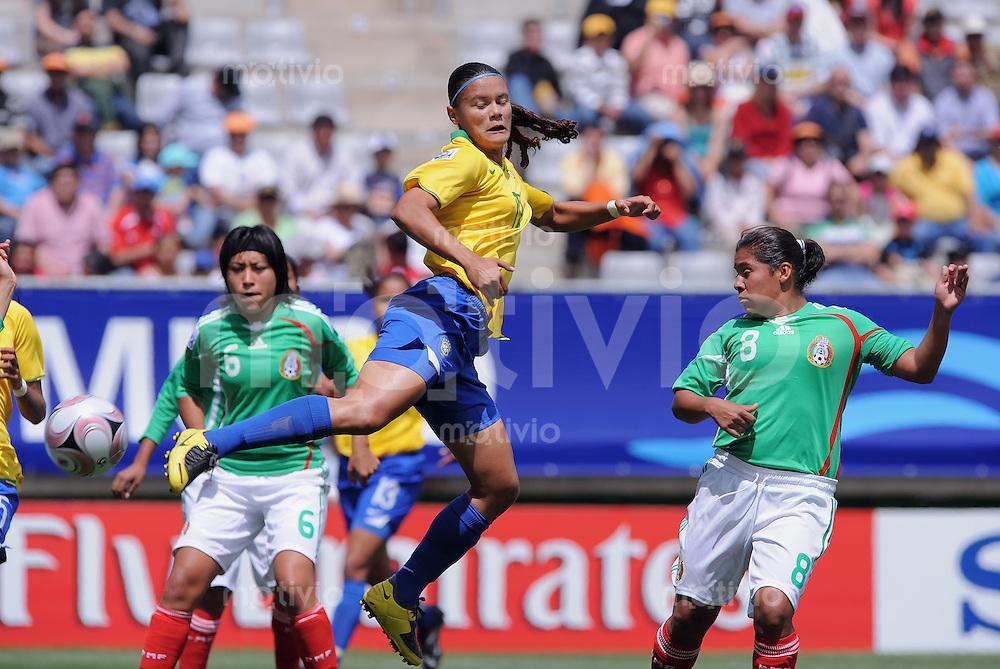 Fussball Frauen FIFA U 20  Weltmeisterschaft 2008     23.11.2008 Mexiko - Brasilien  Pamela (Mitte, BRA) zaubert gegen Alejandra Torres (re, MEX)