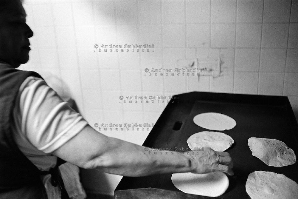 """Little Village è un quartiere a maggioranza Latinos, preparazione delle tortillas nella cucina de """"La casa di Samuel Restaurant"""" - Little Village is a Latinos suburb, preparing tortillas in the kitchen of """"La casa di Samuel Restaurant""""."""