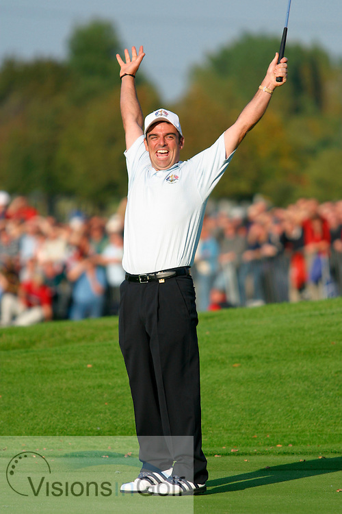 020929/The Belfry GC, UK/Photo Mark Newcombe/ Ryder Cup Matches 2002-34th  Ryder Cup Matches <br /> <br /> Paul McGinley sinks his par putt to half with Jim Furyk and win the Ryder Cup on the last day singles