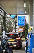 Duitsland, Kranenburg, 17-2-2014Bij het Aral pompstation in deze duitse plaats vlak over de grens van Nederland bij Nijmegen is het druk met nederlandse automobilisten die goedkoop hun benzinetank vullen.Foto: Flip Franssen/Hollandse Hoogte