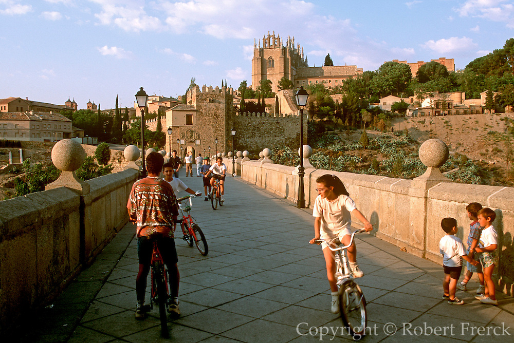 SPAIN, LA MANCHA, TOLEDO bicycle races on San Martin bridge