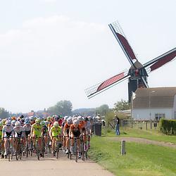 WIELRENNEN, Ladiestour, Tiel: op een van de dijken tijdens de etappe